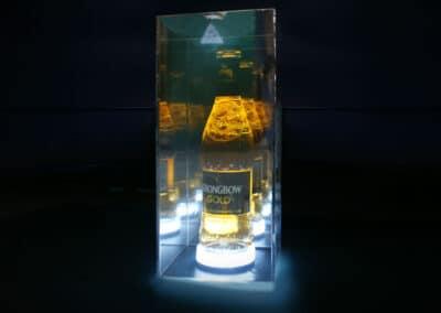 A különleges asztali display egy detektívtükrös megoldás segítségével végtelen sort imitál, miközben sejtelmesen világít a sötét háttér előtt.
