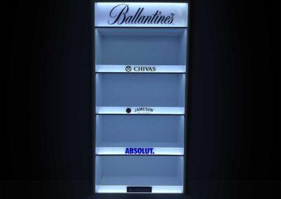 Sötétben világító négypolcos álló display, a tetején nagyméretű Ballentines felirattal, alatta a polcokat elválasztó csíkokon felülről lefelé haladva a Chivas, Jameson, az Absolut és a Becherovka logójával.