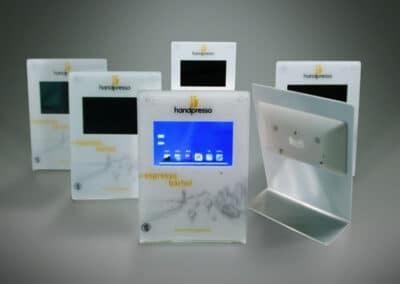 Hajlított plexiből készült, érintőképernyővel ellátott speciális asztali display.