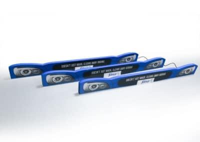 Három darab egyedi, kék színű, autók karosszériájának elejét imitáló, speciális interaktív display.